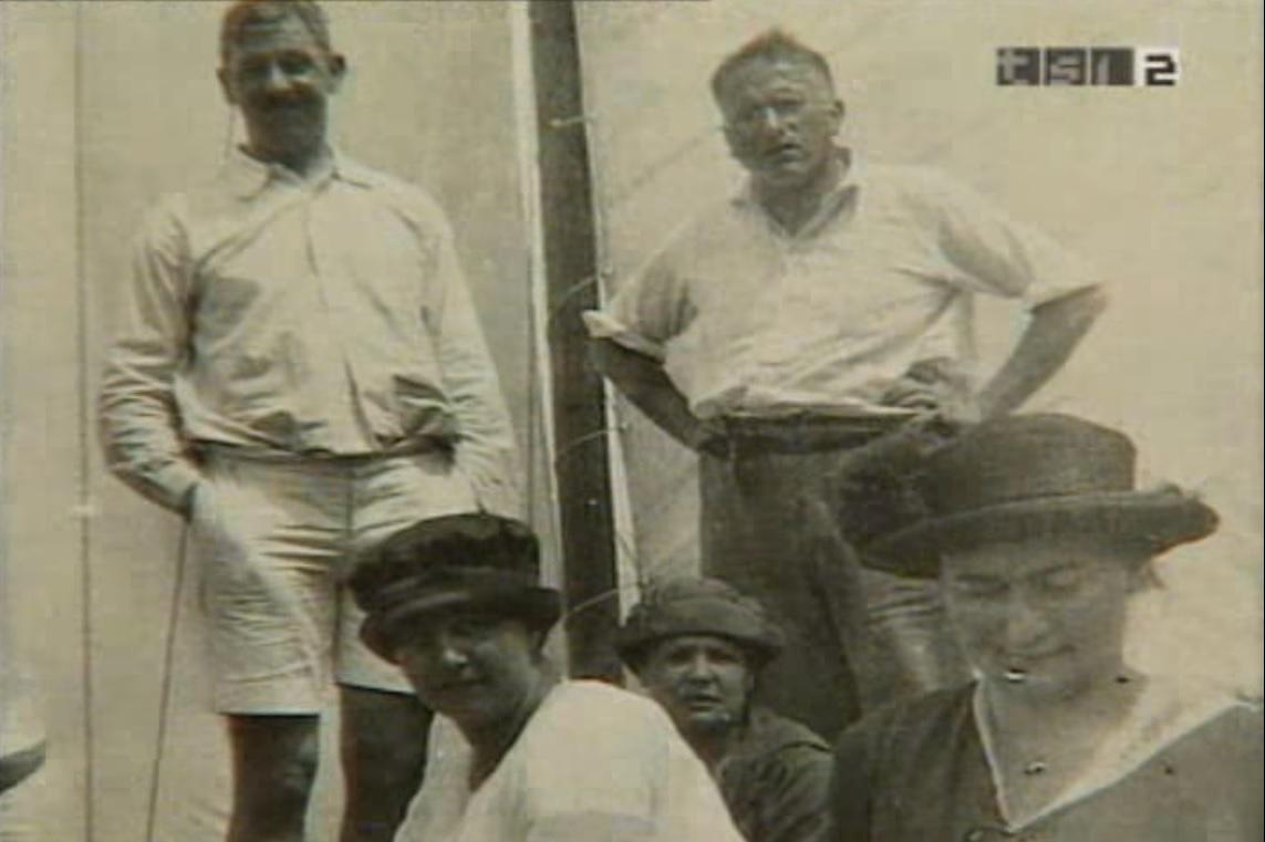 Jung sulla barca a vela durante una delle sue escursioni familiari