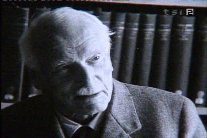 Carl Gustav Jung nella sua libreria (presso Kusnacht)