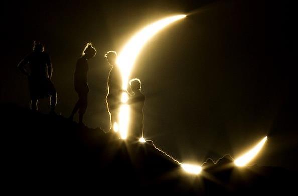 Eclissi sole luna buio luce insieme due1