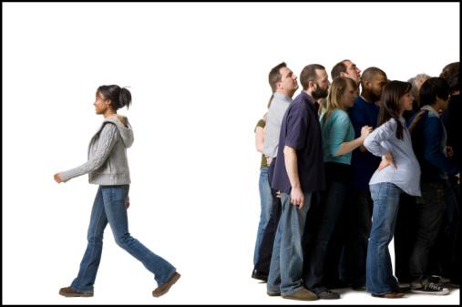 individualitàà gruppo partecipazione mistica woman-leaves-crowd