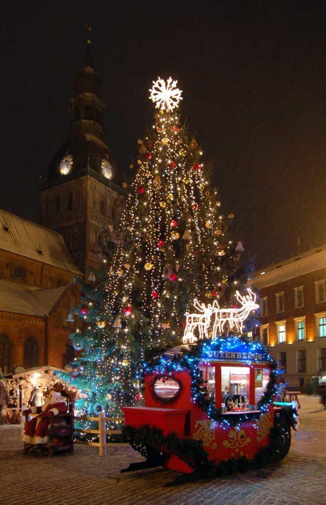 Moderno albero di Natale nella città di Riga