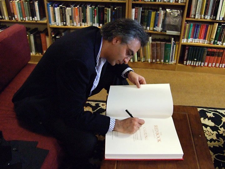 Sonu Shamdasani mentre autografa una copia del Libro Rosso
